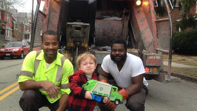 Treffen mit seinen Helden wird 2-Jährigem zu viel (Bild: www.facebook.com/ollie.kroner)