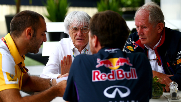 Renault-Boss Cyril Abiteboul (links) mit Bernie Ecclestone und Helmut Marko (Bild: Red Bull GEPA)