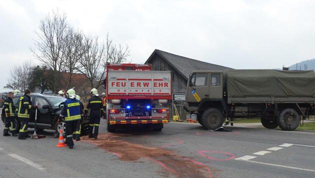 Bundesheer-Lkw mit Auto kollidiert: 6 Verletzte (Bild: Einsatzdoku.at)