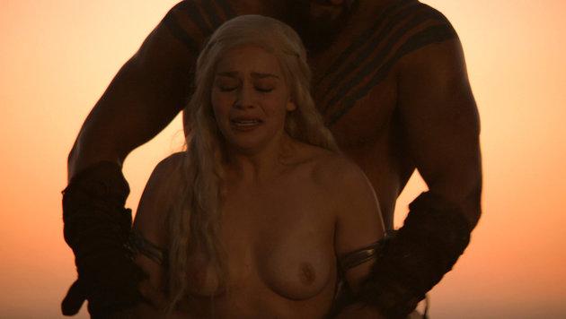 """Emilia Clarke in einer Szene aus der ersten Staffel von """"Game of Thrones"""". (Bild: Viennareport)"""