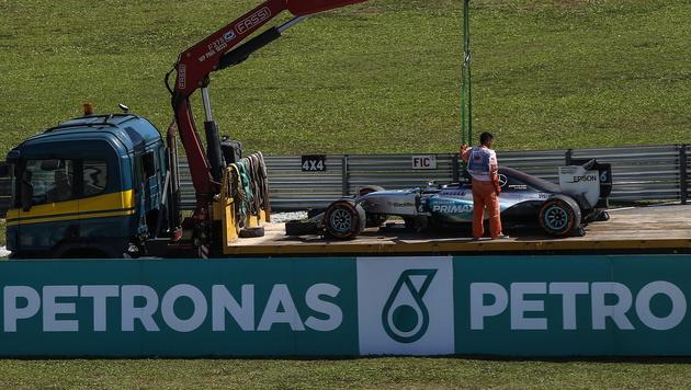 Lewis Hamilton trotz Problemen Tagesschnellster (Bild: APA/EPA/FAZRY ISMAIL)