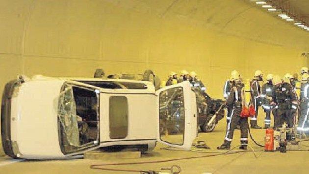 Immer wieder kommt es zu Unfällen in Tunneln. Mikrofone sollen helfen, Zeit zu sparen. (Bild: Markus Tschepp)