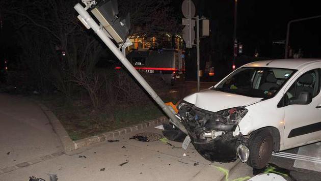 Durch die Wucht des Zusammenpralls wurde der gerammte Wagen gegen einen Ampelmast geschleudert. (Bild: APA/Polizei)