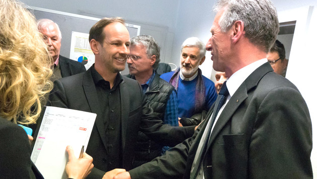 Handshake zwischen Bürgermeister Richard Amann (re.) und  FPÖ-Landesparteiobmann Dieter Egger (Bild: DIETMAR STIPLOVSEK)