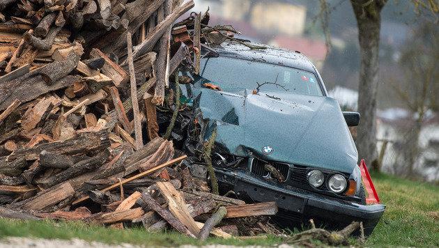 An einem Holzstoß endete die Fluchtmit dem BMW.  Der Lenker versteckte sich in diesem Wrack. (Bild: Werner Kerschbaummayr)