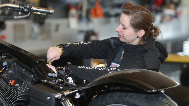 Immer mehr Frauen sind von den US-Maschinen begeistert, fahren und schrauben selbst. (Bild: Peter Tomschi)