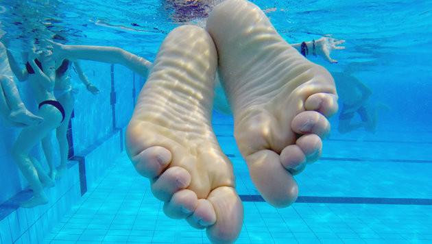 Forscher maßen über 75 Liter Urin in Schwimmbecken (Bild: APA/dpa (Symbolbild))