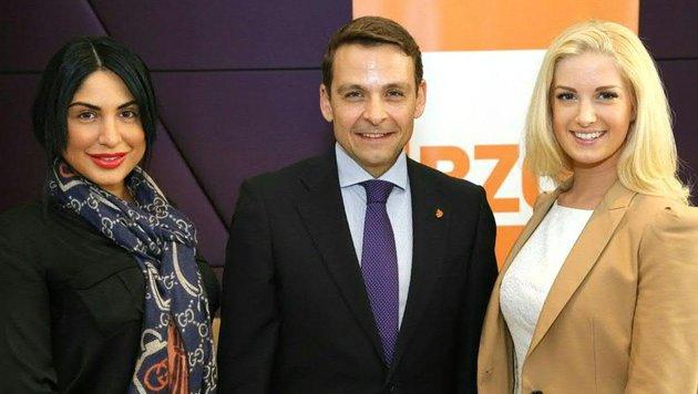 "Grosz (im Bild mit Sophia Sastsraposhvili und Ex-""Miss Earth"" Sandra Seidl) tritt als BZÖ-Chef ab. (Bild: APA/GERHARD KIETREIBER)"