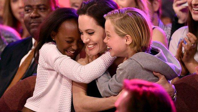 Bei den Kid's Choice Awards strahlte Angelina Jolie mit ihren Töchtern um die Wette. (Bild: AFP)