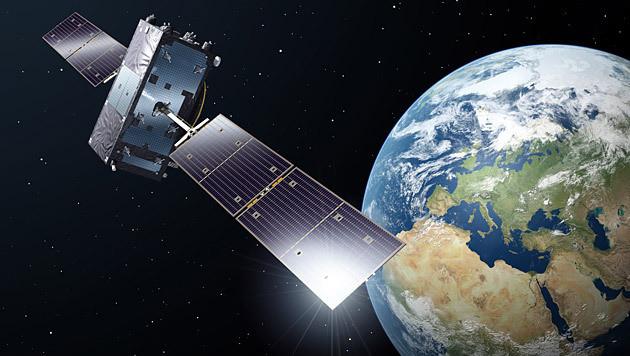 """Künstlerische Illustration eines """"Galileo""""-Satelliten im Erdorbit (Bild: ESA/P. Carril)"""