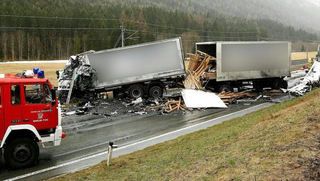 Die Führerhäuser wurden völlig zertstört. Die beiden Lenker hatten keine Überlebenschance. (Bild: APA/NEUMAYR/MMV)