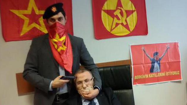 """Mehmet Selim Kiraz in der Gewalt von linksextremen """"DHKP-C""""-Geiselnehmern (Bild: APA/EPA/DHKP-C)"""