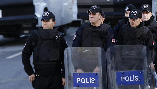 12.800 türkische Polizisten vom Dienst suspendiert (Bild: APA/EPA/Sedat Suna)