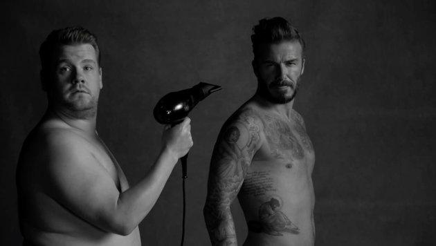 James Corden fönt David Beckham im Sketch die Haare. (Bild: Viennareport)
