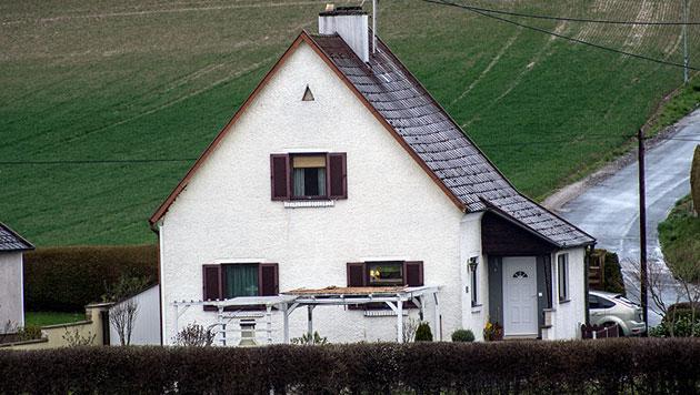 In Mauthausen (OÖ) starb ein 63-Jähriger, als er die Terrassenüberdachung sichern wollte. (Bild: Werner Kerschbaummayr)