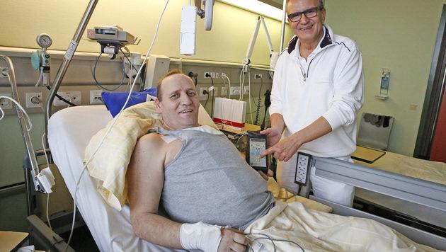 Schluckauf-Patient Frank Hinrichs mit Chefchirurg Wolfgang Happak (Bild: Martin A. Jöchl)
