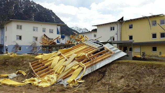 Von den starken Windböen wurden etliche Dächer abgedeckt. (Bild: APA/ZOOM-TIROL)
