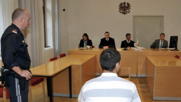Der 14-jährige Täter vor dem Richter am Straflandesgericht in Graz (Bild: APA/ELMAR GUBISCH)