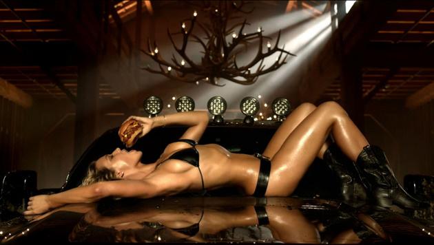 Unterstützung bekam Paris von Model Hannah Ferguson. (Bild: Viennareport)
