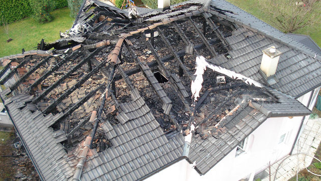 Löscheinsatz in NÖ: Dachstuhl brannte lichterloh (Bild: APA/PRESSE FEUERWEHR GERASDORF)