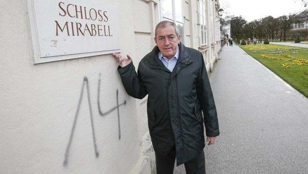 Bürgermeister Heinz Schaden ist entsetzt. Die Mauer wird so rasch wie möglich gereinigt. (Bild: Markus Tschepp)