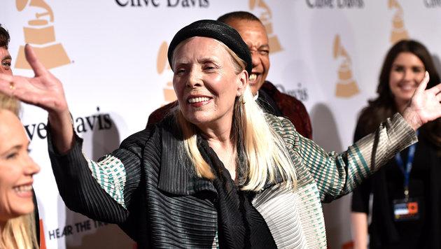 Sängerin Joni Mitchell wurde ins Krankenhaus eingeliefert. (Bild: John Shearer/Invision/AP)