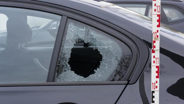 Eines der sichergestellten Fahrzeuge, bei dem die Seitenscheibe eingeschlagen worden war (Bild: APA/LPD BURGENLAND)