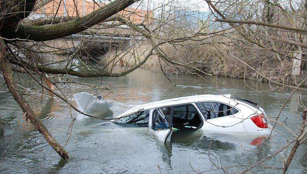 Das Auto versank in der Schwechat. (Bild: Herbert Wimmer/Pressestelle BFK Mödling)