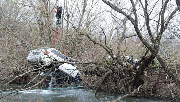 Mittels Kran wurde der Wagen aus dem Fluss gezogen. (Bild: Herbert Wimmer/Pressestelle BFK Mödling)
