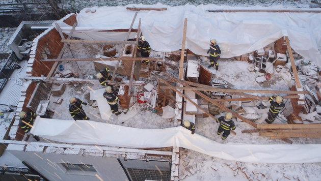 """""""Niklas"""" deckte in Bad Ischl ein Haus ab, es war heuer bereits der zweite Sturm. (Bild: FF Bad Ischl)"""