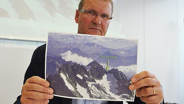 Andreas Ermacora, der Präsident des Alpenvereins, zeigt ein Foto der Stelle des Lawinenunglücks. (Bild: APA/ANGELIKA WARMUTH)