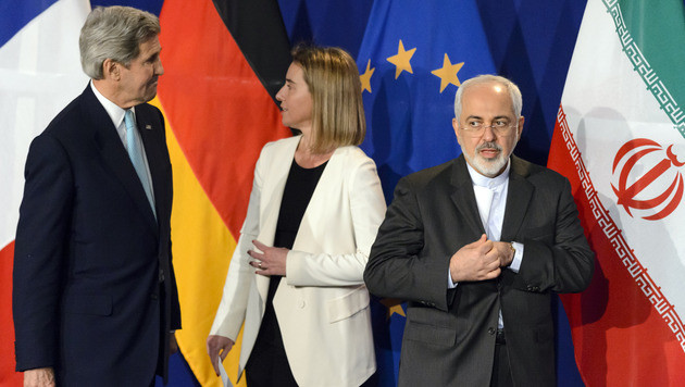 US-Außenminister Kerry, EU-Außenbeauftragte Mogherini und Irans Außenminister Zarif 2015 in Wien (Bild: APA/EPA/LAURENT GILLIERON)