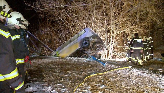 Kleinbus in der Stmk beinahe in Enns gestürzt (Bild: APA/BVF LIEZEN/SCHLÜSSLMAYR)