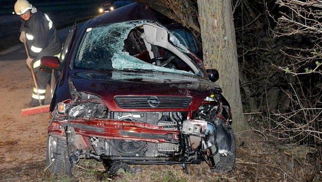 17-jähriger Lenker bei Autounfall schwer verletzt (Bild: APA/EINSATZDOKU.AT/PATRIK LECHNER)