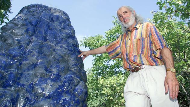 Bildhauer Hans Muhr meißelt einen weißen Flügel aus Marmor. (Bild: Klemens Groh)