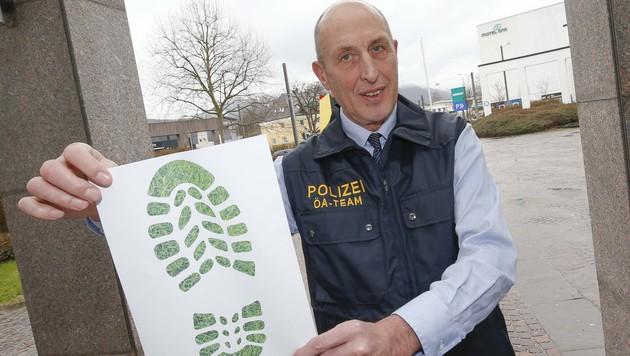 Polizeisprecher Anton Schentz zeigt einen symbolischen Schuhabdruck. (Bild: MARKUS TSCHEPP)