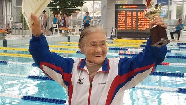 100-jährige Japanerin holt sich Schwimm-Weltrekord (Bild: AFP)