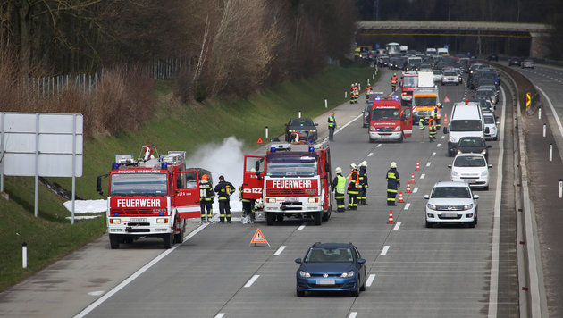 Auto ging auf Westautobahn in Flammen auf (Bild: Matthias Lauber/laumat.at)