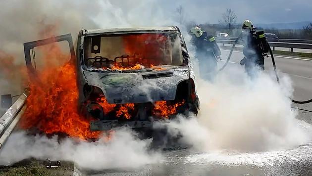 Im Burgenland brannte ein Kleinbus völlig aus. (Bild: APA/STADTFEUERWEHR NEUFELD/UNBEKANNT)