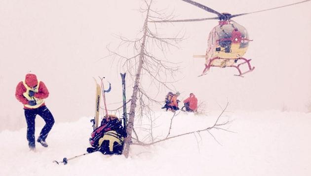 Der Hubschrauber setzte bei Schneefall 20  Bergretter und vier Suchhunde an der Unglücksstelle ab. (Bild: Bergrettung Salzburg/Hannes Hirs)