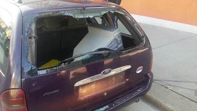 Im Kofferraum entdeckten die Beamten einige Fahrzeugteile. (Bild: LPD Wien)