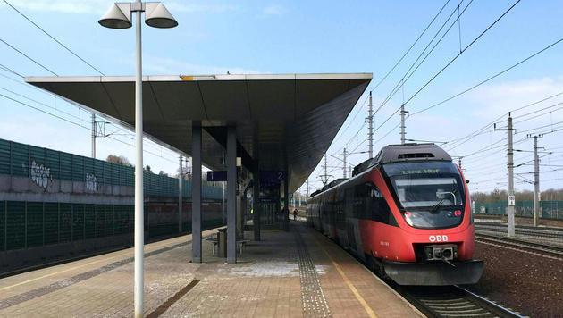 Am Linzer Bahnhof Ebelsberg kam es zu dem schrecklichen Unfall. (Bild: APA/FOTOKERSCHI.AT/WERNER KERSCHBAUMMAYR)