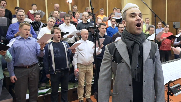 Robbie Williams mit dem lettischen Männerchor Gaudeamus (Bild: YouTube.com)
