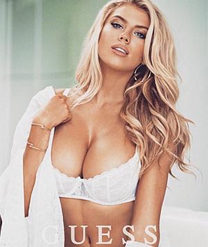 Auch für die Dessous von Guess macht die schöne Blondine Werbung. (Bild: instagram.com/charlottemckinney)