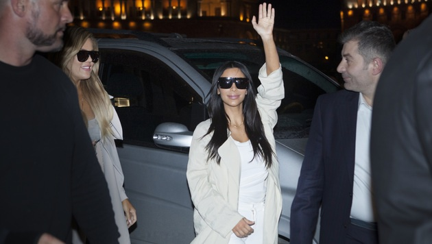Kim Kardashian bei ihrer Ankunft in Armenien (Bild: AP)