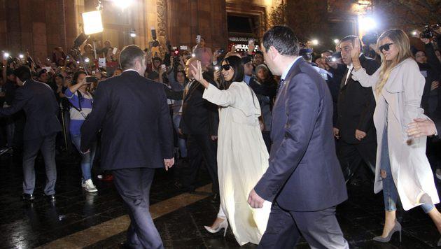 Das Interesse an Kim Kardashian und ihrer Schwester Khloe war riesig. (Bild: AP)