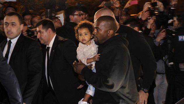 Kim Kardashian brachte auch Kanye West und Töchterl North mit nach Armenien. (Bild: AP)