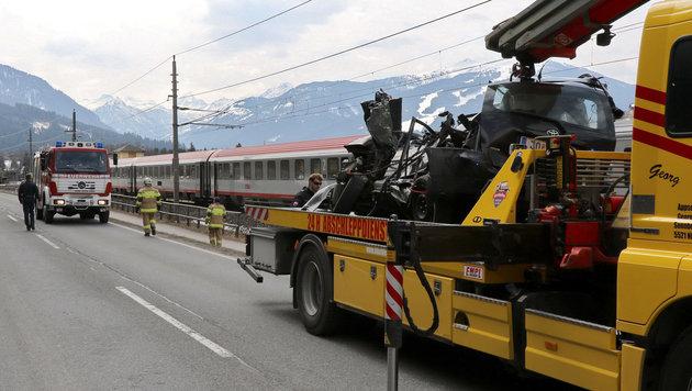 Das Auto des Einheimischen wurde bei der Kollision mit dem Zug völlig zerstört, der Lenker starb. (Bild: APA/M.FANKHAUSER/FMT PICTURES)