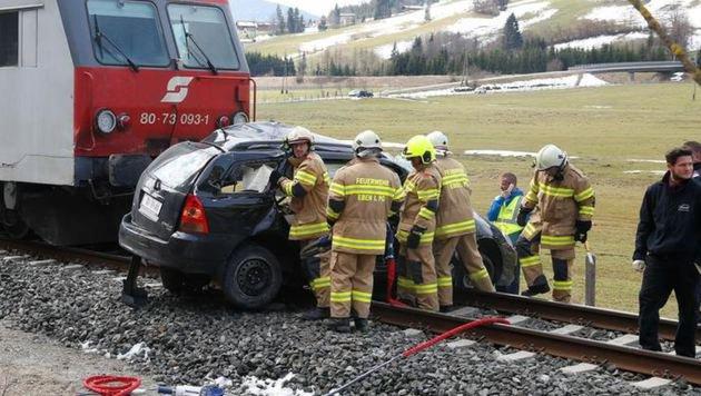Das Fahrzeug wurde beim Unfall mit dem Zug vollkommen zerstört. (Bild: Gerhard Schiel)