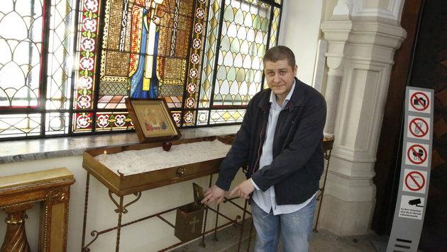 Jus-Student Pawel U. zeigt auf die aufgebrochene Spendenbox. (Bild: Martin A. Jöchl)